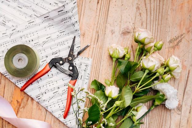 テーブルの上の花の平面図束