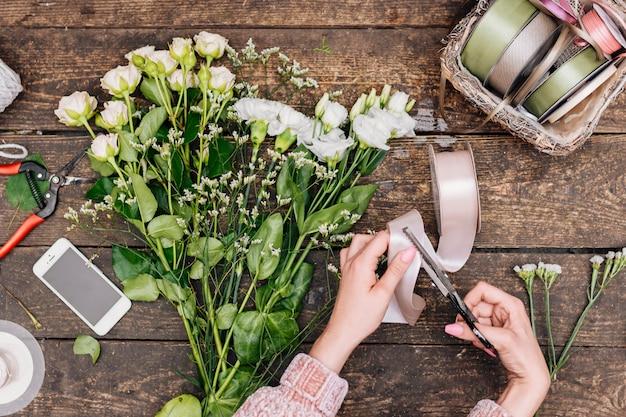 テーブルの上の花のフラットレイアウト束