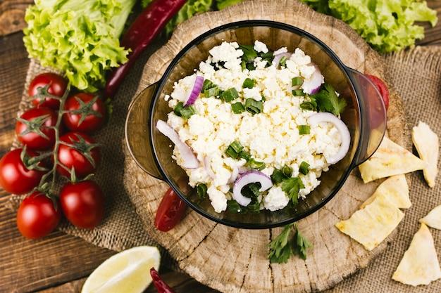 Здорово мексиканское блюдо на деревянной тарелке
