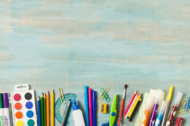 Школьные принадлежности на акварельном фоне