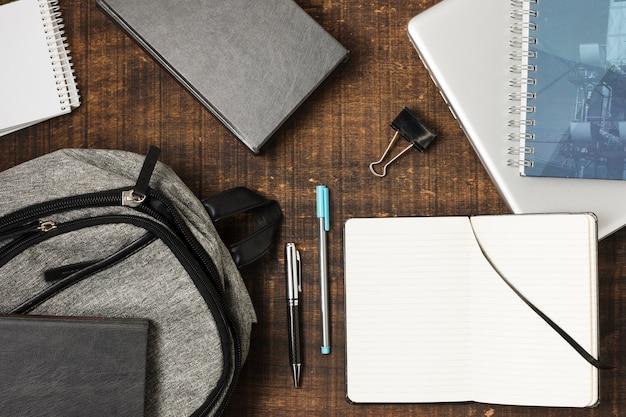 文房具の項目の完全なトップビューバックパック