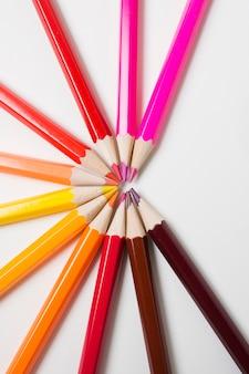 白い背景の上の鮮やかな色鉛筆