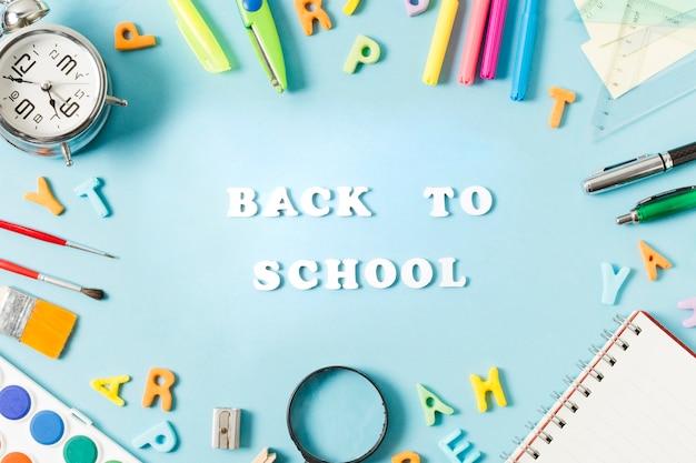 Красочные школьные принадлежности, обрамляющие обратно в школу