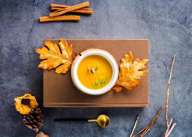 Вид сверху суп из сквоша с орехами на деревянной доске