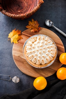 高角度のビューオレンジのメレンゲのパイ