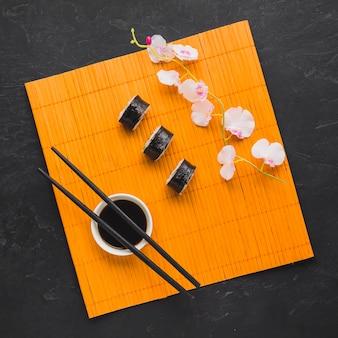 竹マットの上から見たお寿司