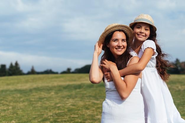 幸せな母と娘が自然の中でポーズ