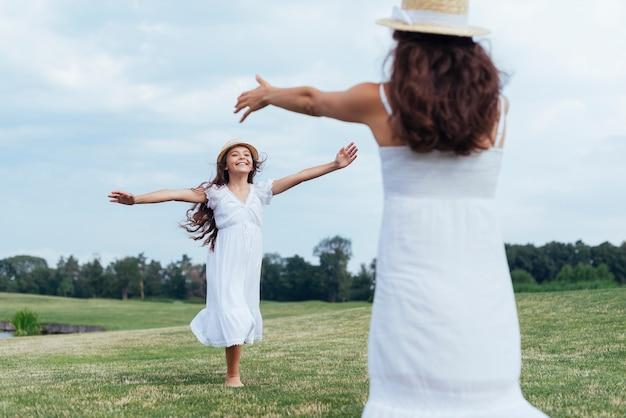 Мать и дочь весело у озера
