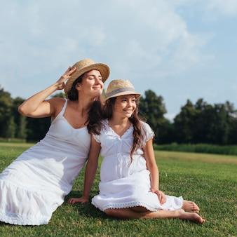 母と娘の自然の中でリラックス