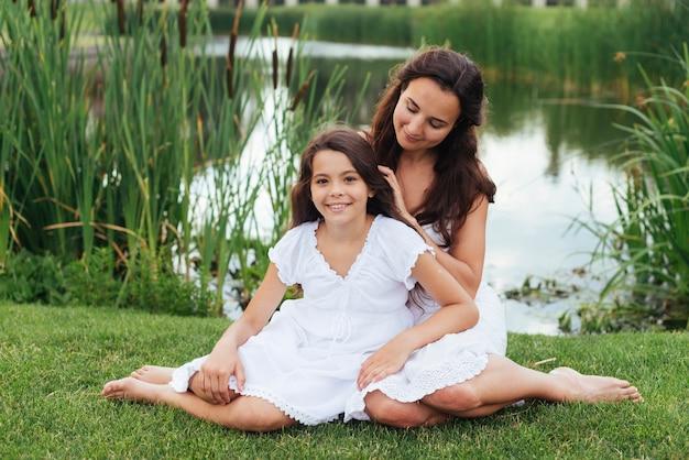 母と娘が屋外でポーズ