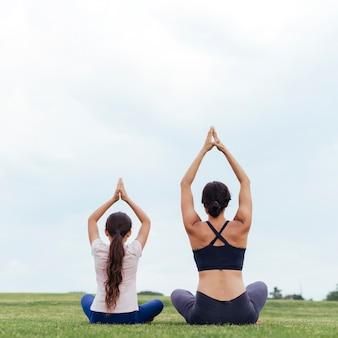 母と娘の後ろから瞑想