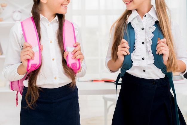Школьницы стоят с рюкзаками