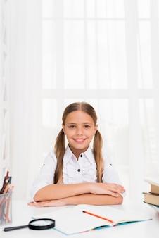 Умная школьница сидит готовится к учебе