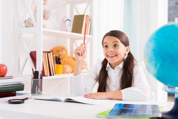 Взволнованный ребенок делает домашнее задание и находит решение дома