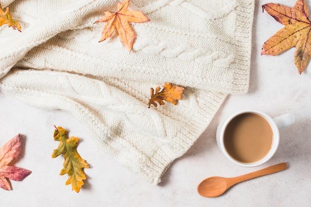 トップビューのコーヒーカップとセーター
