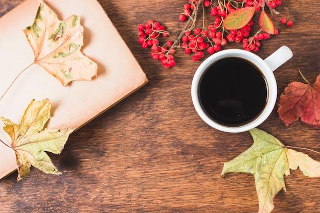 コーヒーと葉のトップビュー秋組成
