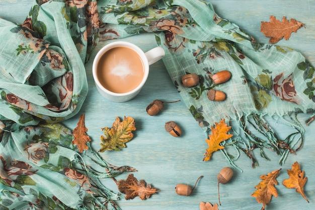 Композиция сверху с осенними листьями и кофе