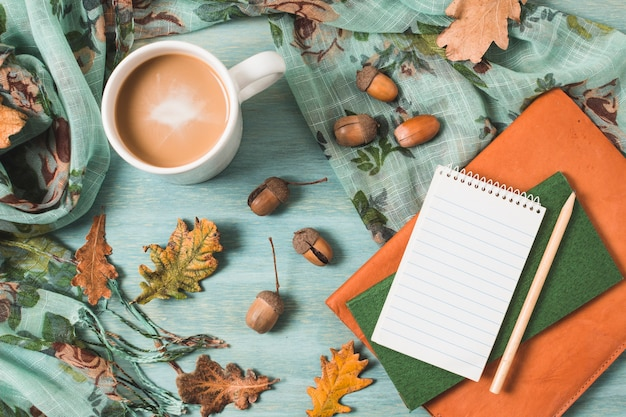 コーヒーとノートのトップビュー秋組成