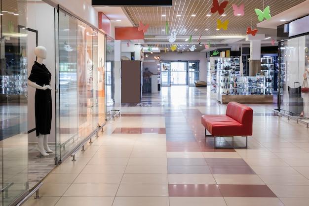 Пустой закрытый торговый центр