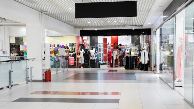 空のショッピングモールの廊下