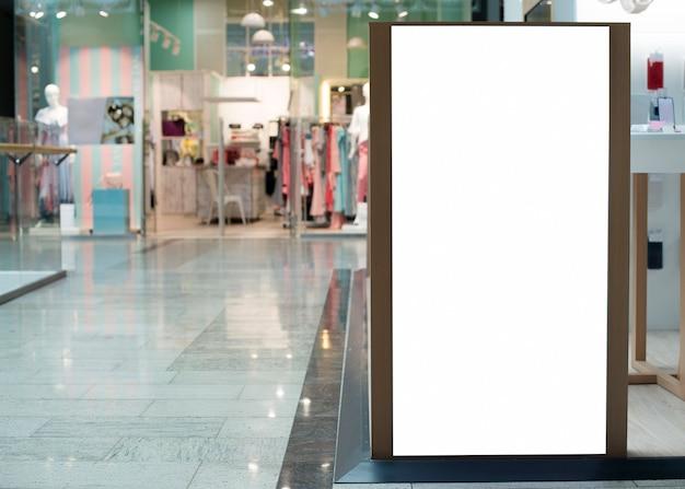 コピースペースを持つ空のショッピング看板