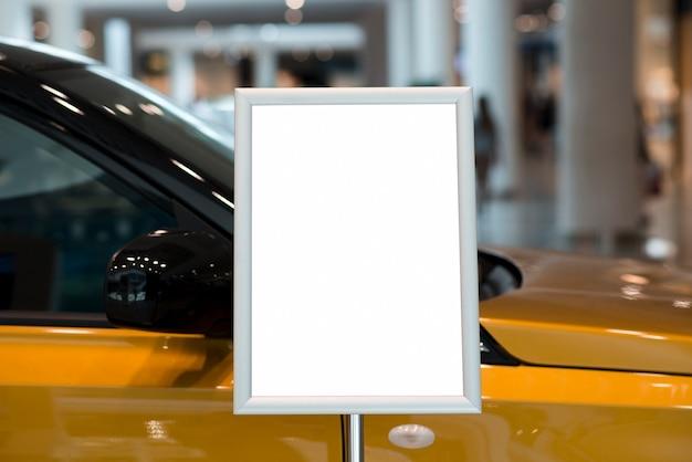 Пустой рекламный щит рядом с автомобилем