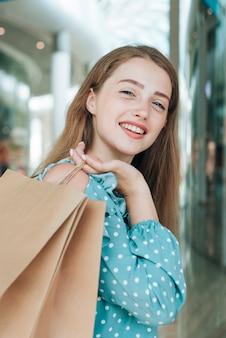 買い物袋を持つ女性の肖像画