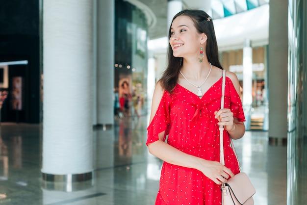 よそ見赤いドレスを着た女性