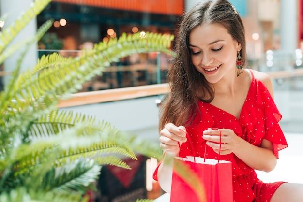 Средний снимок счастливого клиента в торговом центре