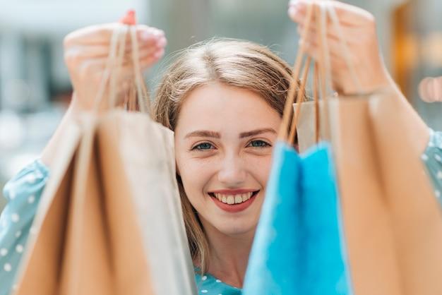 買い物袋を持つ少女を閉じる