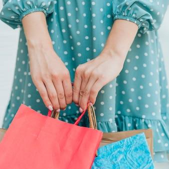 ファッションの女の子の手を閉じる