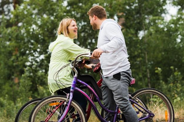 自転車で幸せなカップルのミディアムショット