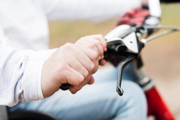 Закройте вверх по ручкам велосипеда отца и дочери
