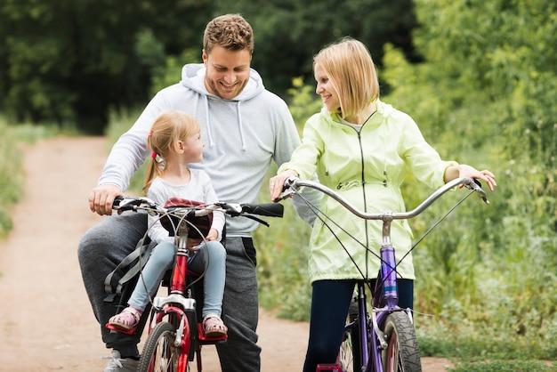 母と父が娘と一緒にサイクリング