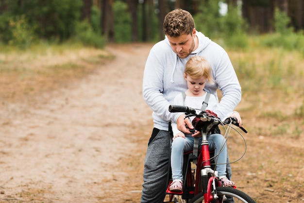 Отец и дочь на велосипеде