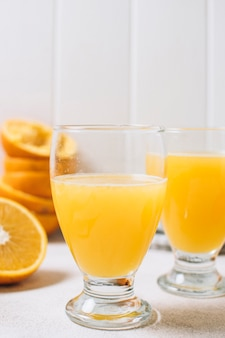 オレンジジュースとクローズアップグラス