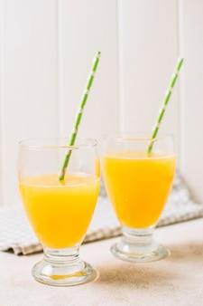 ストローで新鮮なオレンジジュース