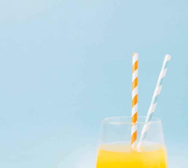 コピースペースとクローズアップのオレンジジュース