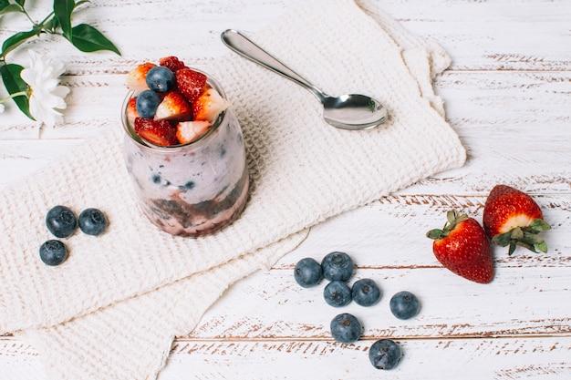 ハイアングル爽やかなイチゴとブルーベリーのスムージー