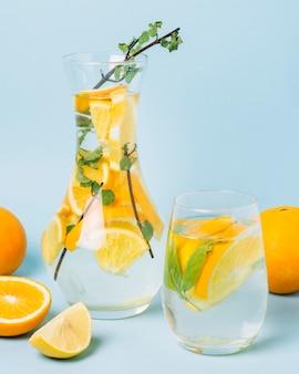 デカンタの正面の健康的なオレンジジュース