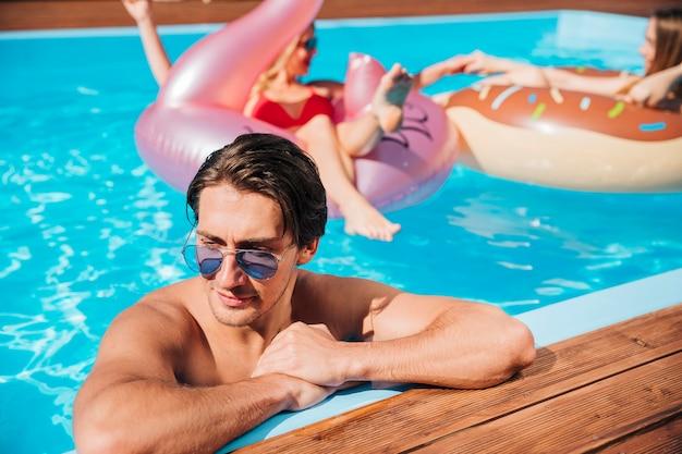 男は一人でプールに残った