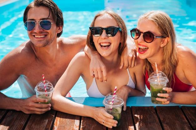 プールで笑っている若い人たち