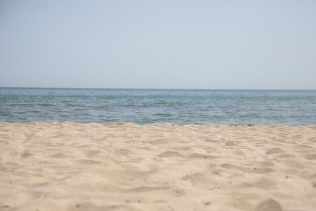 夏のビーチの海岸のロングショット
