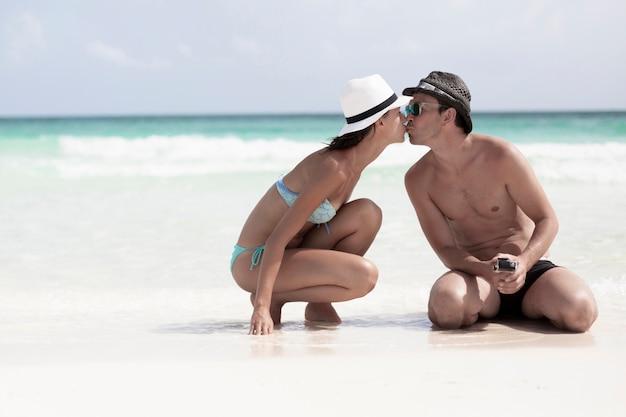 Пара целуется на пляже