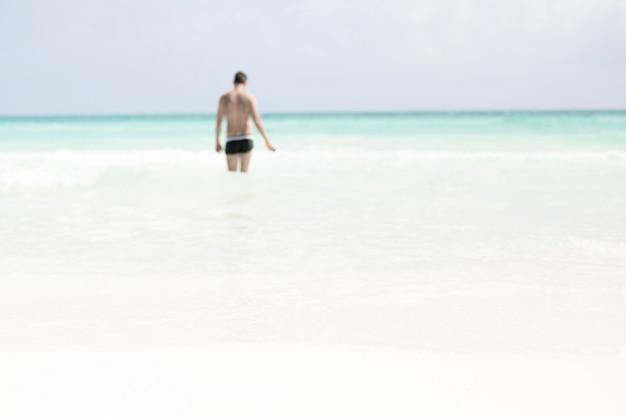 海を歩いて男のロングショット