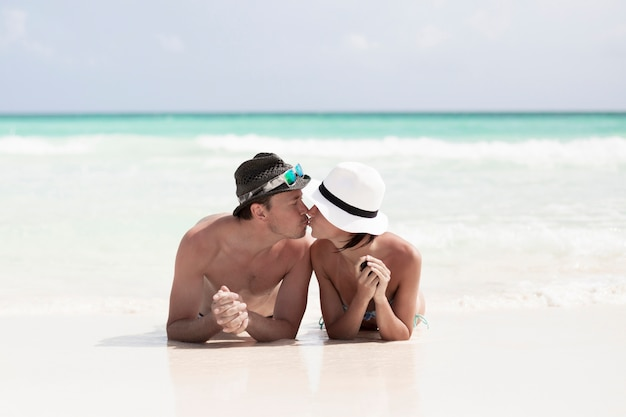 ロングショット幸せなカップルはビーチでキス