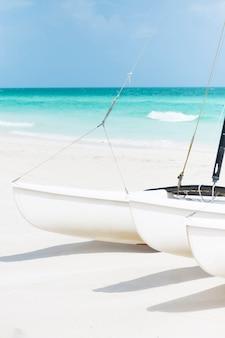 海辺でクローズアップセーリングボート