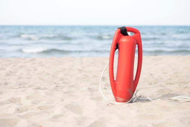 Крупным планом спасательная банка на пляже