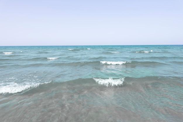 ロングショットの海の波の地平線
