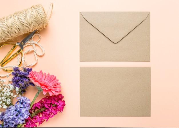 花とかわいい結婚式の招待状